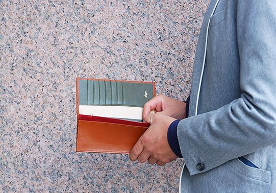 長財布を持つ男性