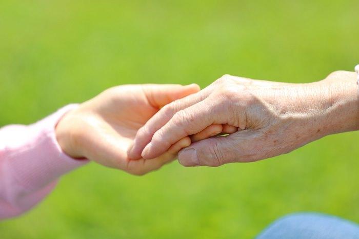 老人の手と子供の手