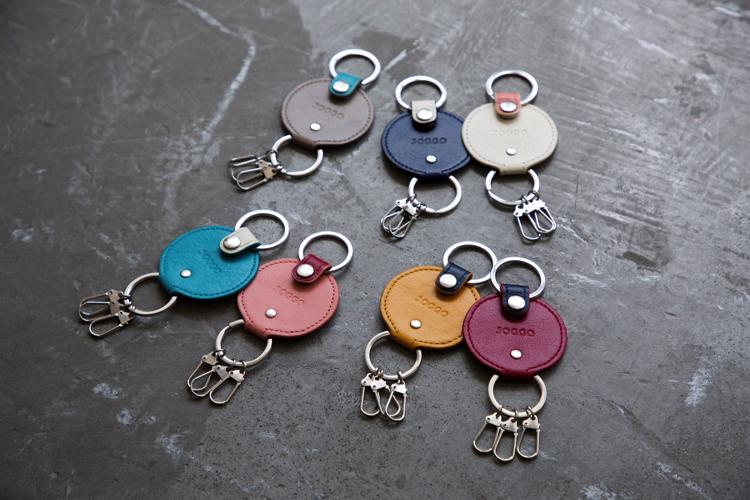 机に並ぶ7つの色鮮やかなキーリング