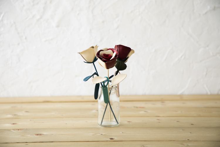 革の一輪花(バラ)を一輪挿しに