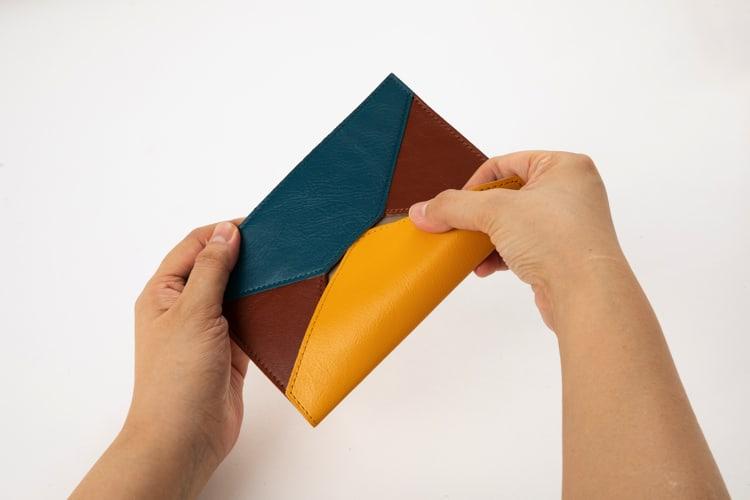 革の封筒(A6)は差し込み式