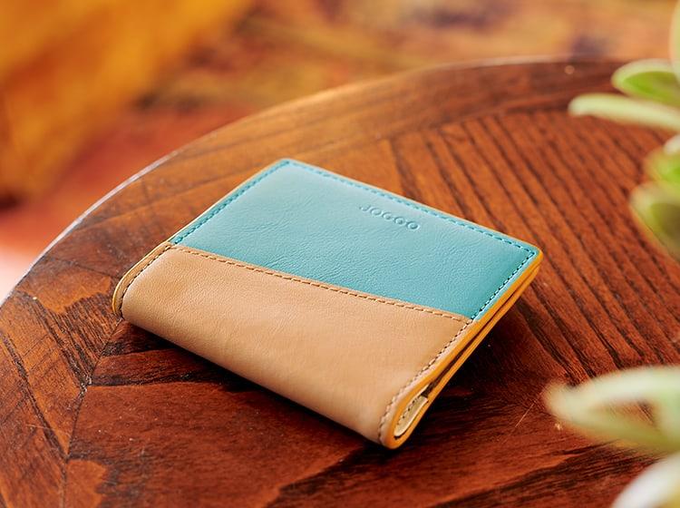 机に置かれたエッジカラー2つ折り財布(アシンメトリー)