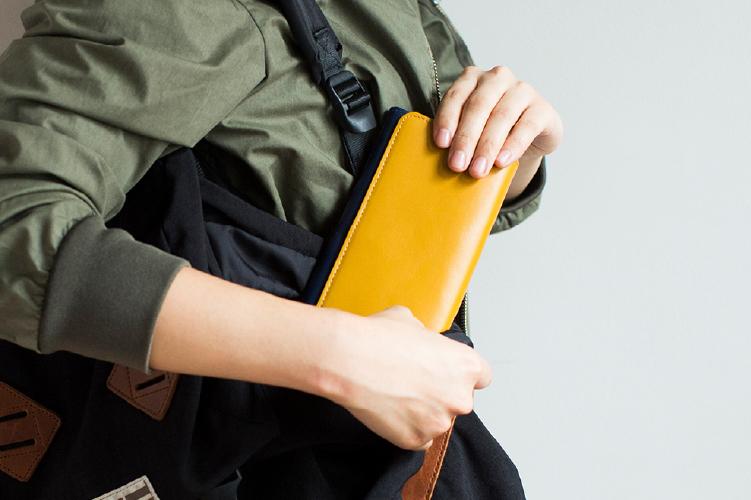 マスタードイエローでデザインされたフラップバイカラー長財布(ダブルホック)