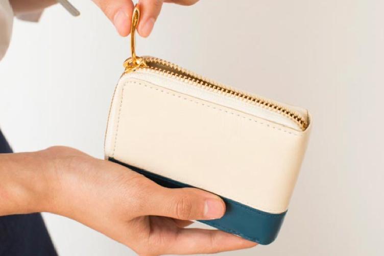 アイボリーホワイトでカスタマイズされたラウンド2つ折り財布(バイカラー)