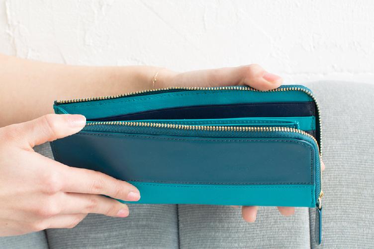 ピーコックブルーとターコイズブルーでカスタマイズされたLファスナー長財布(バイカラー)