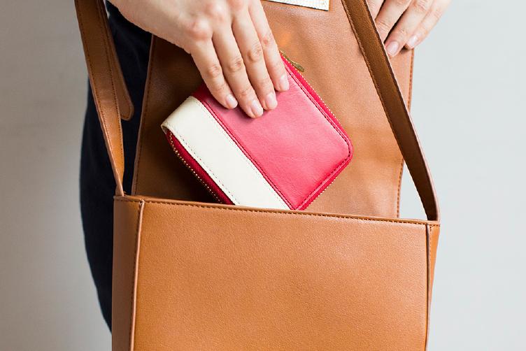 ブライトレッドでカスタマイズされたラウンド2つ折り財布(バイカラー)