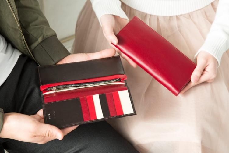 ブライトレッドでカスタマイズされたスリム長財布(カード収納13段)