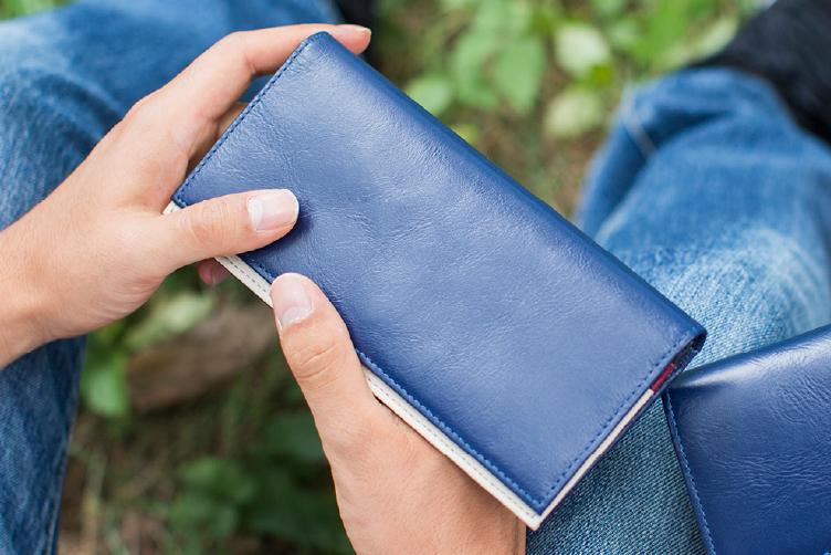 ミッドナイトネイビーでカスタマイズされたフラップバイカラー長財布(シングルホック)