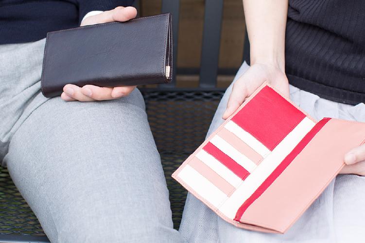 フラミンゴピンクでカスタマイズされたスリム長財布(カード収納13段)