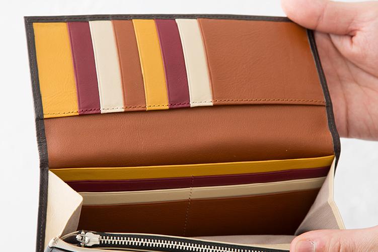 マロンブラウンでカスタマイズされたスリム長財布(カード収納13段)