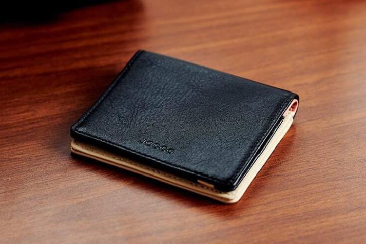 ピュアブラックでカスタマイズされた2つ折りミニ財布