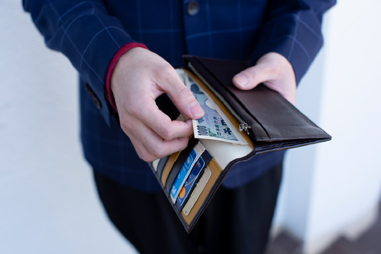 スリム長財布(カード収納13段)にお札を収納する様子