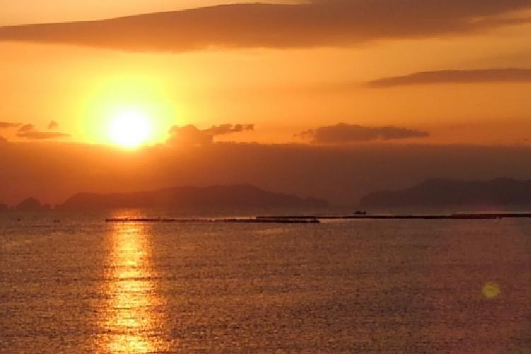 水面に反射する朝日