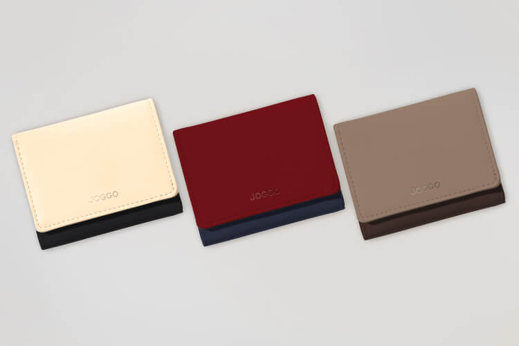 アイボリーホワイト、ダークレッド、グレージュを基調とした3つ折りミニ財布の画像