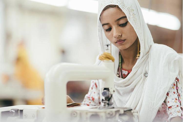 バングラデシュ工場の革職人