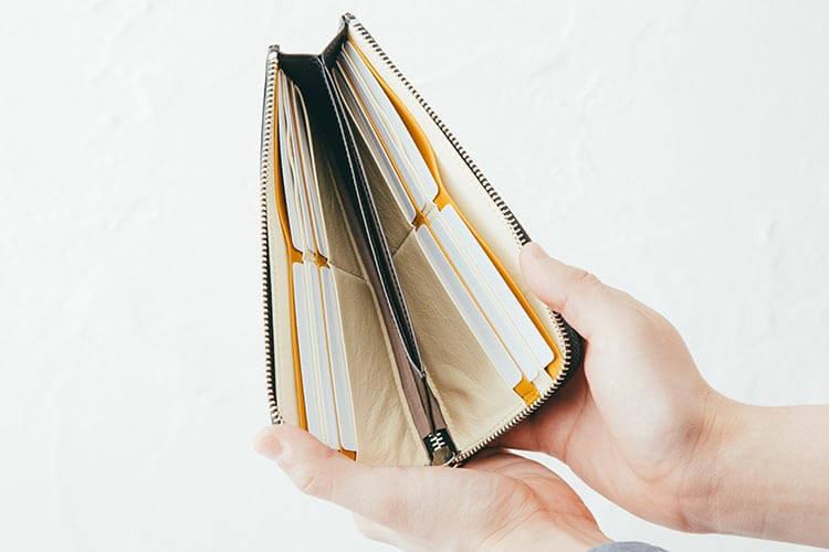12枚のカードポケットと 2つのフリーポケット