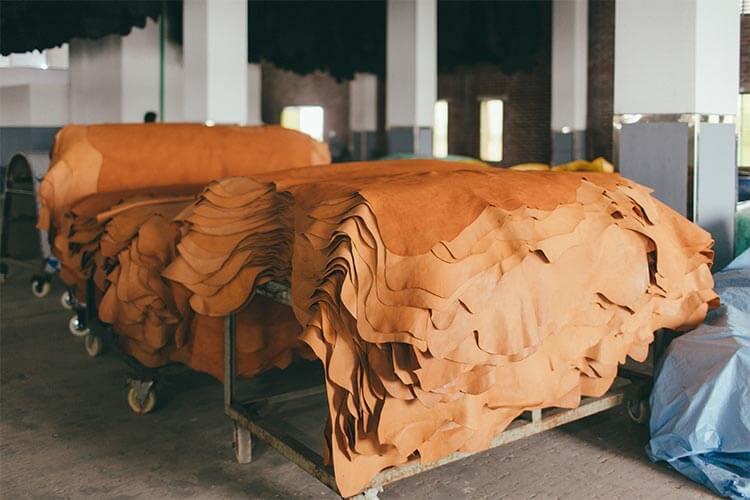 天然皮革が積み上げられた画像