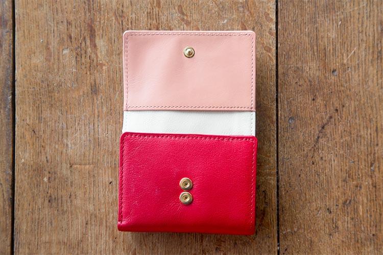 厚みが出がちな三つ折り財布の調節対応ダブルホック