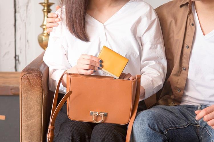 小さなバッグにもすっぽり入るJOGGOの3つ折りミニ財布