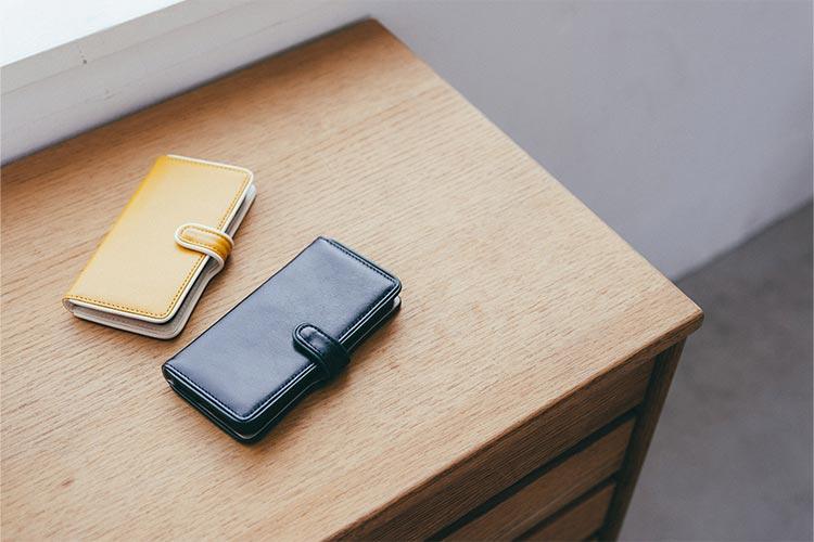 テーブルに置かれたiPhone・スマホケース