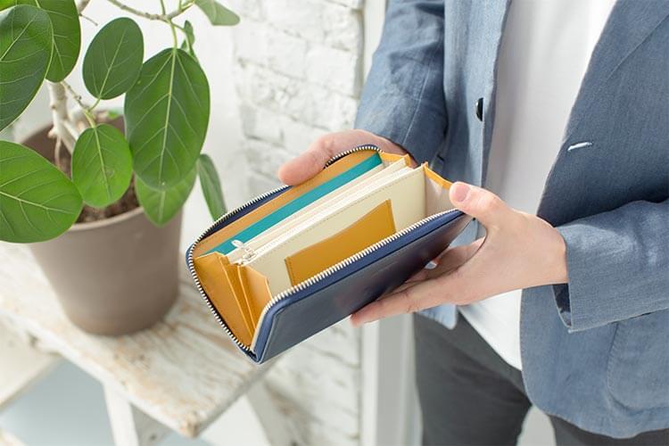 シンプルラウン長財布を開いたところ